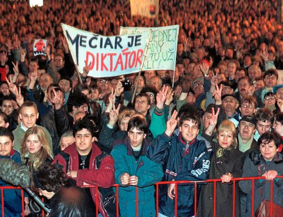 Protesto contra o governo em 1998.Na crise surgiram reformas pró inovação (Foto: Reuters)