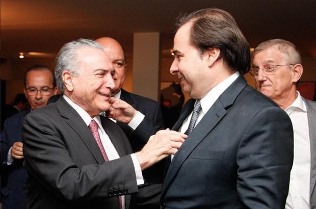 O presidente Michel Temer (dir.), ao cumprimentar o presidente da Câmara, Rodrigo Maia (DEM-RJ), durante coquetel (Foto: Reprodução/Twitter do Palácio do Planalto)