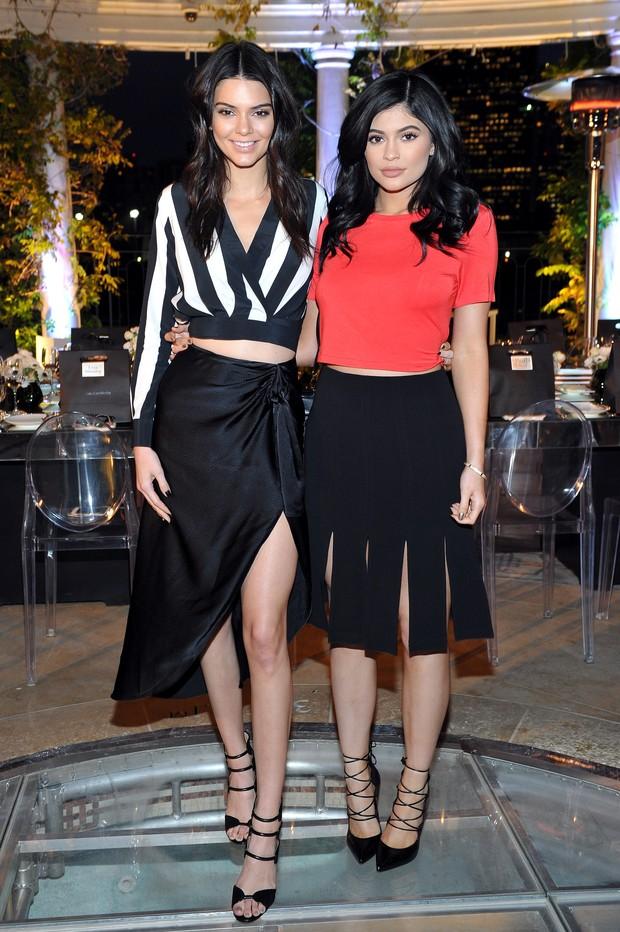 Kendall Jenner e Kylie Kenner em evento de moda em Los Angeles, nos Estados Unidos (Foto: Donato Sardella/ Getty Images)