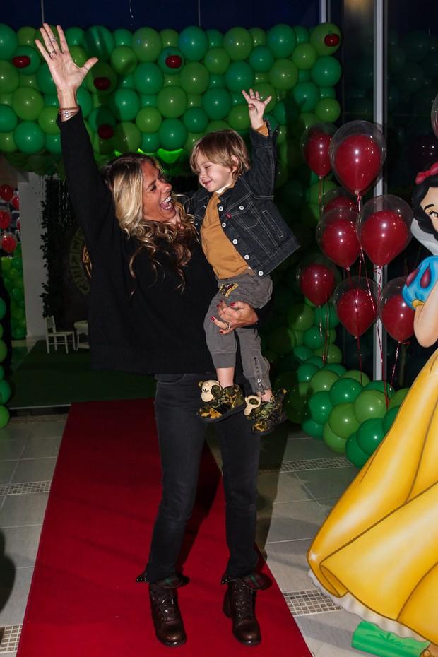 Adriane Galisteu e o filho na festa de Maria Eduarda (Foto: Manuela Scarpa e Marcos Ribas/Foto Rio News)