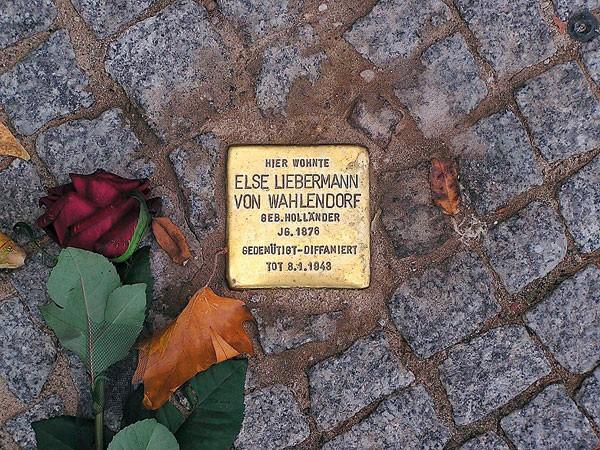"""Tropeçando na história: o nome do projeto de Demnig é Stolpersteine, (""""pedras de tropeço""""). As placas ficam em frente a prédios onde viviam ou trabalhavam algumas vítimas do Holocausto (Foto: Davis Soulsby, AKG images)"""