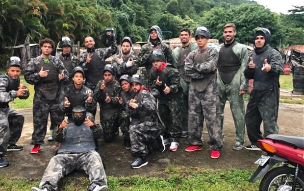 BLOG: Com fim de semana sem jogos, atletas do Santos se reúnem para jogar paintball
