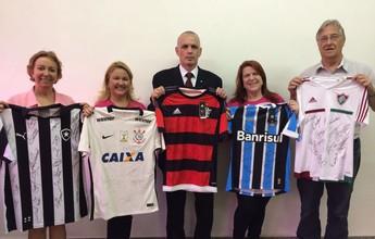 Instituições de Juiz de Fora recebem camisas de futebol autografadas