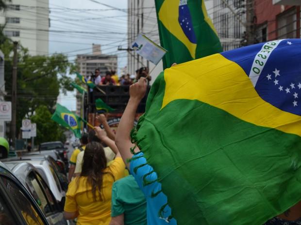 Grupo seguiu trio elétrico em caminhada pelo Centro de Piracicaba (Foto: Araripe Castilho/G1)