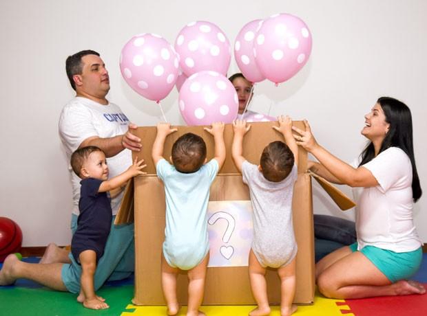 Layane e sua família comemorando a descoberta do sexo do bebê. (Foto: Greyce Coli/ Arquivo Pessoal)
