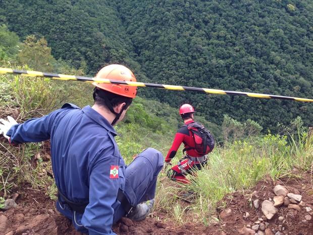 Bombeiros resgatam os corpos do casal, filho e sobrinha (Foto: Marco Antonio Mendes/RBS TV)
