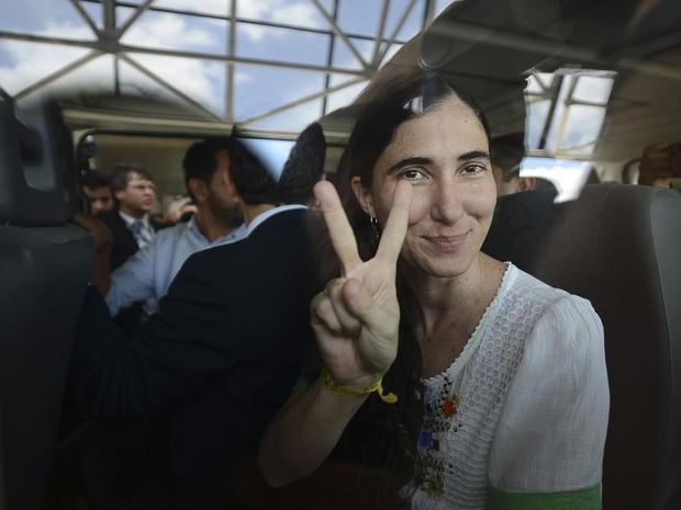 A blogueira cubana Yoani Sánchez chega a Brasília para participar de reunião no Congresso Nacional. Na chegada, ela se disse feliz e minimizou os protestos de alguns grupos, que a acusam de trair a pátria cubana e o ideal socialista. (Foto: Marcello Casal Jr./ABr)