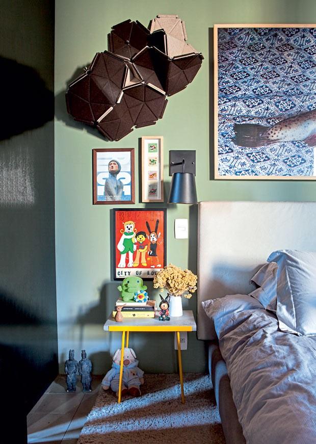 No quarto, amei a composição de quadros feita com cartazes garimpados pelas ruas do Japão. Quando se tem o olhar criativo é assim, qualquer peça pode contar uma história de viagem inesquecível (Foto: Lufe Gomes/Life by Lufe)