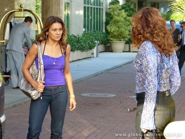 Lucimar confronta Wanda na saída do hotel (Foto: Salve Jorge/TV Globo)