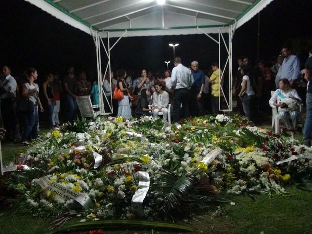 Diversas entidades encaminharam coroas de flores em homenagem ao empresário Guilherme Brandão (Foto: Waldson Costa/G1)