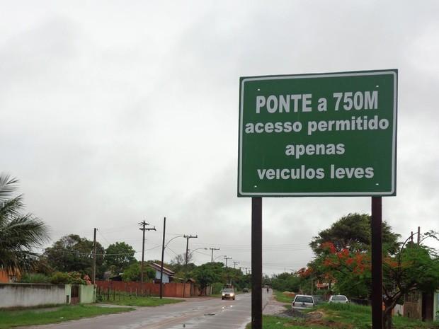 Quatro placas foram instaladas no trecho. (Foto: Divulgação/Prefeitura de São Francisco de Itabapoana.)