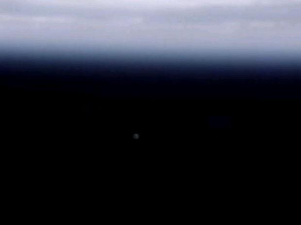 Cápsula Dragon é vista da ISS como um pontinho à distância. (Foto: Reprodução)