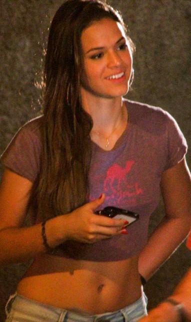 """Bruna Marquezine exibiu o corpão e a boa forma ao lado da atriz Dira Paes em uma gravação da novela """"Salve Jorge"""" (Foto: Graça Paes/Foto Rio News)"""