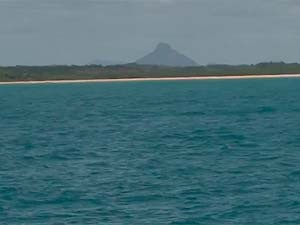 Monte Pascoal visto do mar na Barra do Cahy, na Bahia (Foto: Imagem/TV Santa Cruz)