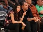Selena Gomez assiste a jogo de basquete em Los Angeles