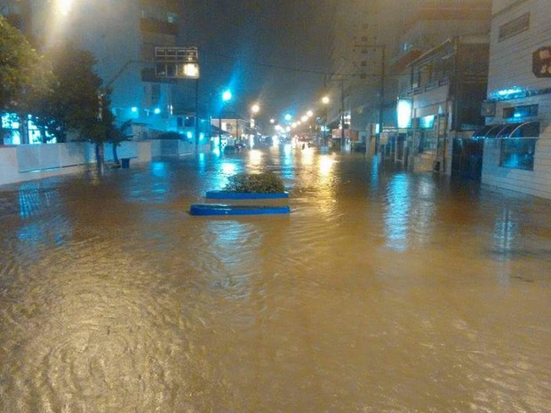 Rua do Centro de Mongaguá ficou coberta de água (Foto: Taylla / Arquivo Pessoal)