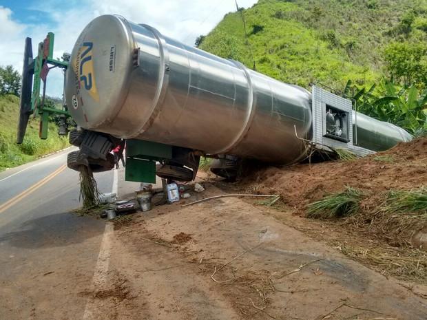 Carreta tombou próximo a Dom Cavati (Foto: Grupamento de Bombeiro Civil de Inhapim/ Divulgação)
