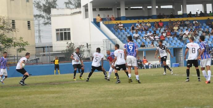 Madureira reclama de pênalti após bola bater na mão de jogador do Resende (Foto: Sidnei Parraro/ Madureira Esporte Clube)