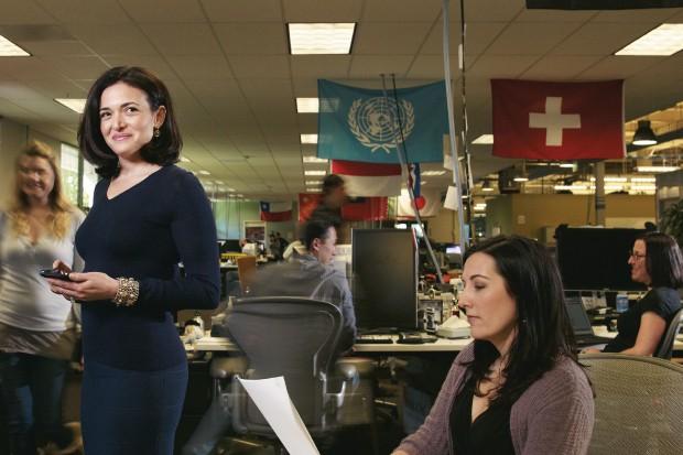 POLÊMICA A executiva Sheryl Sandberg, de pé entre funcionárias do Facebook. Em seu novo livro, ela diz que as mulheres precisam ser mais determinadas no trabalho (Foto: Robyn Twomey/Corbis)