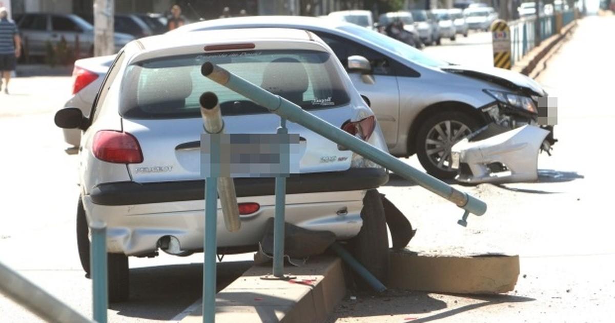 Motorista avança sinal vermelho e provoca acidente em Goiânia, diz PM
