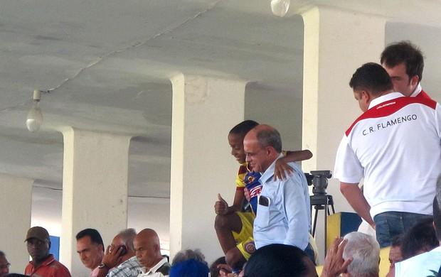 Eduardo Bandeira tietado no jogo do Flamengo (Foto: Janir Júnior)