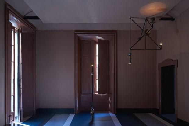Tons de rosa e azul compõem atmosfera 30's de apartamento em Milão (Foto: Divulgação)