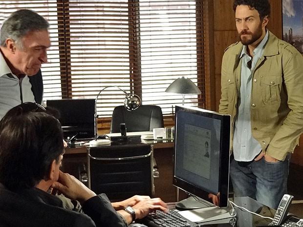 Rodrigo enfim consegue uma informação concreta sobre Juca (Foto: Amor Eterno Amor/TV Globo)