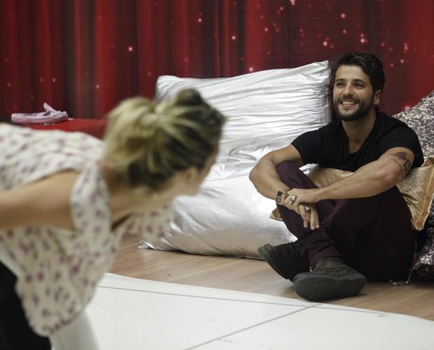 Ator se diverte vendo esposa ensaiar (Foto: Raphael Dias/ TV Globo)