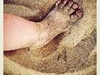 Grazi Massafera posta fotos do pezinho da filha na areia