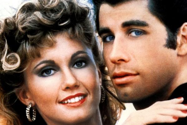 O ator John Travolta e a atriz e cantora Olivia Newton-John em cena de Grease (1978) (Foto: Reprodução)