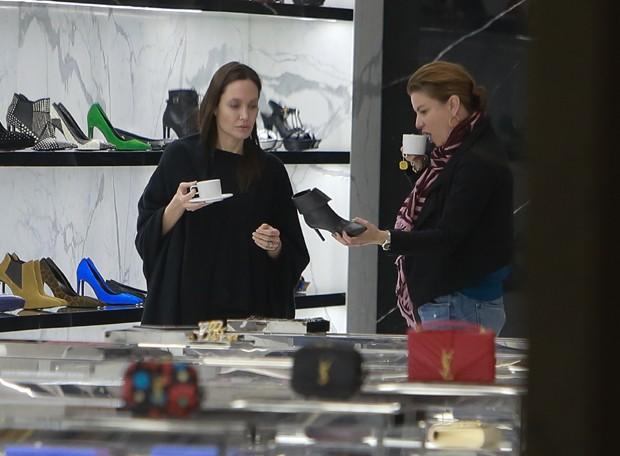 Angelina Jolie toma cafezinho com gerente em intervalo de compras (Foto: Grosby Group)