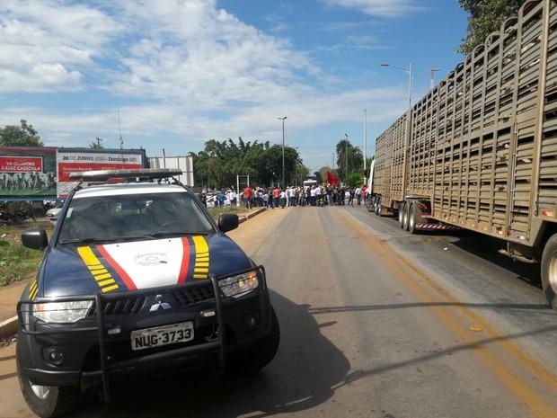Servidores bloquearam trecho da BR-070 em Cáceres (MT) (Foto: Divulgação/PRF-MT)