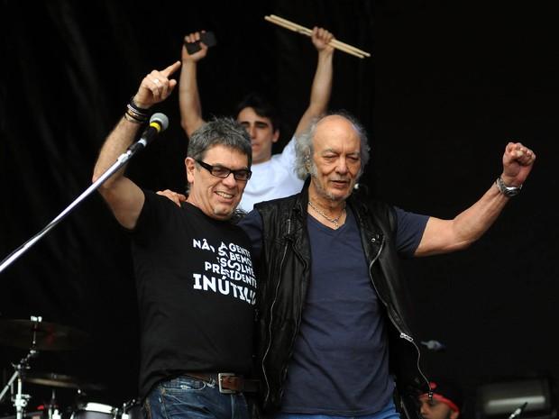 Roger, do Ultraje a Rigor, e Erasmo Carlos tocam juntos no segundo show deste sábado (26) do Palco Sunset  (Foto: Alexandre Durão/G1)