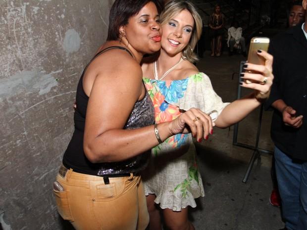 Carla Perez posa com fã em show na Zona Oeste do Rio (Foto: Anderson Borde/ Ag. News)
