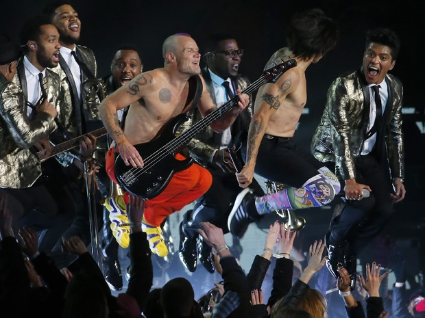 O Red Hot Chili Peppers se apresenta ao lado de Bruno Mars no intervalo do Super Bowl, nos Estados Unidos (Foto: AP/Matt York)