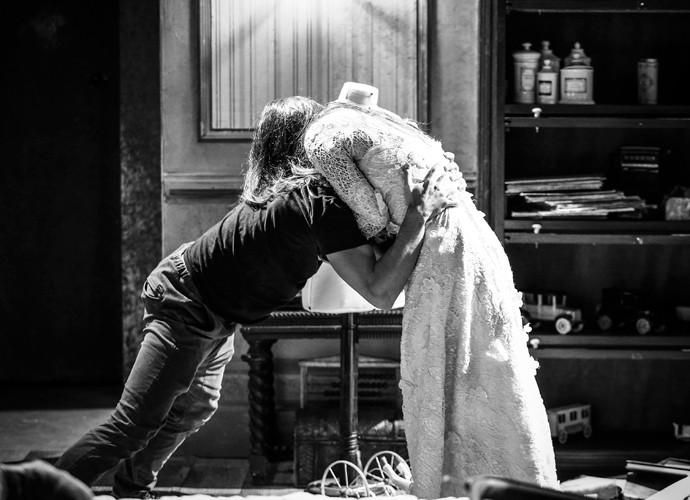 Felipe Simas e Anaju Dorigon se concentram para cenas tensas (Foto: Raphael Dias / Gshow)