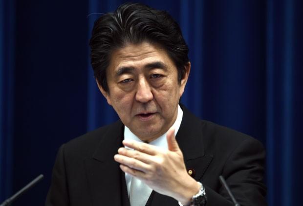 O premiê do Japão, Shinzo Abe, fala sobre a reforma de seu gabinete nesta quarta-feira (7) (Foto: Toshifumi Kitamura/AFP)