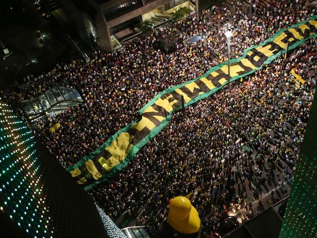 Manifestantes estendem faixa pelo impeachment de Dilma na Avenida Paulista (Foto: J.F.Diorio/Estadão Conteúdo)