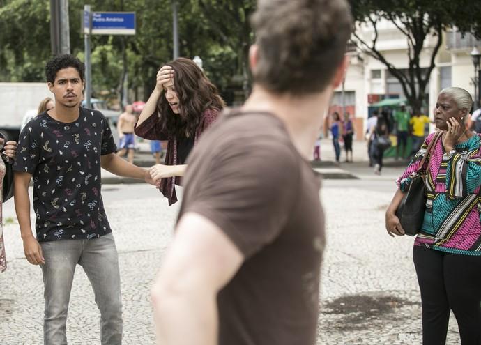 Alex decide ir embora após Júlia ser socorrida, mas promete vingança (Foto: Raphael Dias/Gshow)