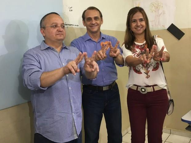 Wilson Santos (PSDB) chegou à escola acompanhado da mulher e de Pedro Taques (Foto: Thainá Paz/ G1)