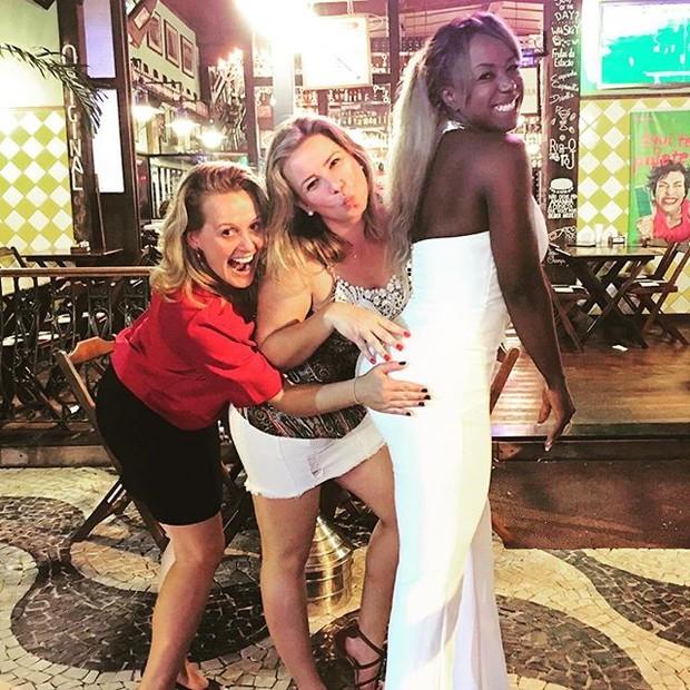 Ex-BBB Adélia com posa com fãs no Rio (Foto: Instagram/ Reprodução)