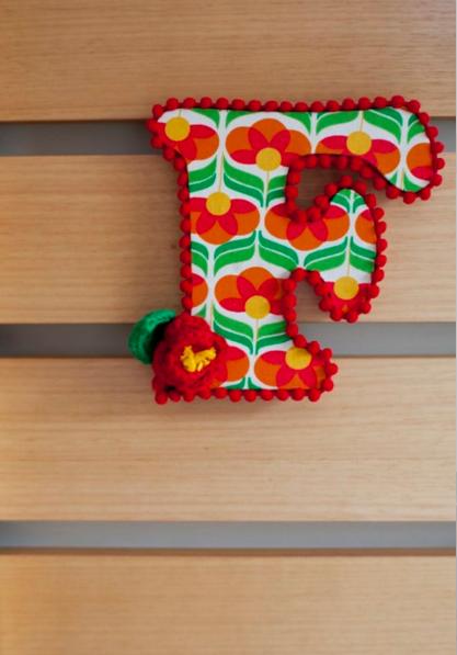 O F, de Flor, dá cor ao painel de madeira (Foto: Andrea Marques para NaToca/Divulgação)