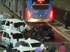 Carro preto é depredado em protesto de taxistas no Centro de SP