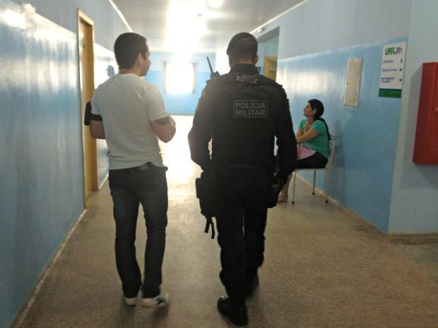 Após nova agressão, policiais permaneceram na unidade de saúde (Foto: Ivanete Damasceno/G1)