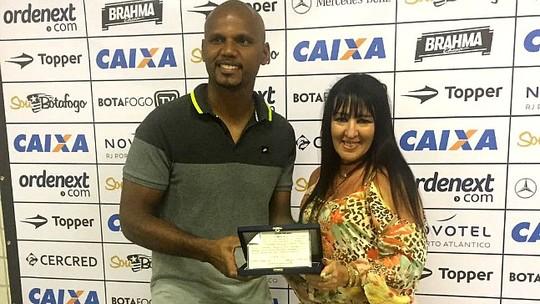 Ex-gestor do Estrela faz homenagem ao Botafogo e Jefferson recebe presentes