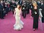 No Oscar, Kristen Stewart explica lesão no pé para Anne Hathaway