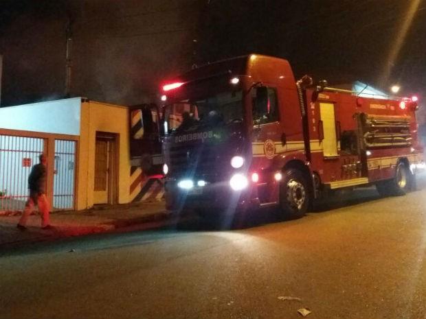 Bombeiros chegam para atender ocorrência em bairro de Itu (Foto: João Vitor/Jornal Periscopio)