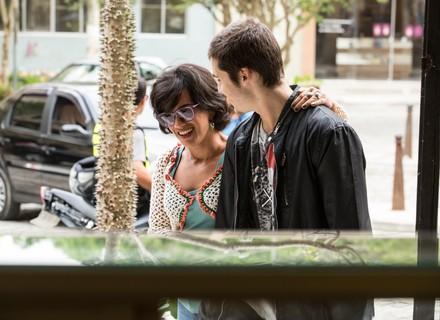 Zac cede à chantagem emocional de Mariane e viaja com a mãe