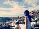 Sophia Abrahão admira paisagem na Grécia