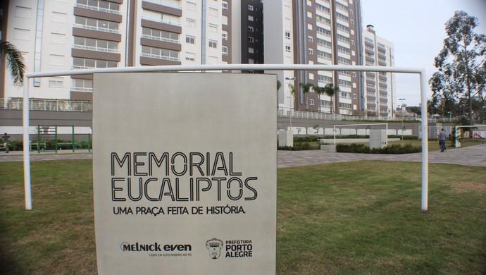 Memorial Eucaliptos em praça localizada em complexo habitacional  (Foto: Diego Guichard)